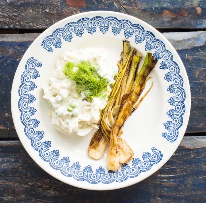 Herne-fenkolisalaatti ja grillatut kevätsipulit